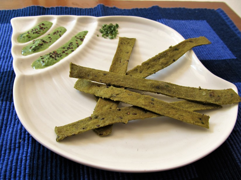 Zero-Fat Baked Spinach Wholewheat Sticks with Black Sesame and Chives